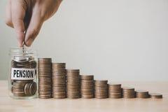 La mano che mette i soldi in barattolo con la crescita di punto della pila della moneta, finanzia la a Fotografie Stock Libere da Diritti