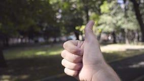 La mano che mostra i pollici sul gesto è fresca video d archivio