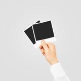 La mano che tiene la foto in bianco incornicia il modello Vecchio te vuoto di fotografia Immagine Stock Libera da Diritti