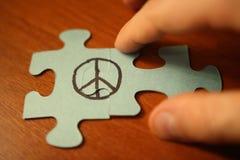 La mano collega i puzzle del segno di pace GIORNO DEL MONDO DI PACE fotografie stock libere da diritti