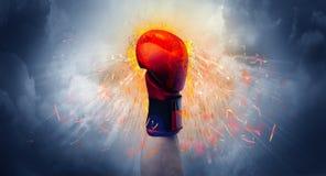 La mano colpisce intenso e fa il fuoco fotografia stock libera da diritti