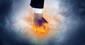 La mano colpisce intenso e fa il fuoco fotografia stock
