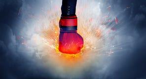 La mano colpisce intenso e fa il fuoco fotografie stock libere da diritti