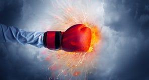 La mano colpisce intenso e fa il fuoco immagini stock libere da diritti