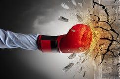 La mano colpisce intenso e le rotture mettono il bastone tra le ruote immagini stock