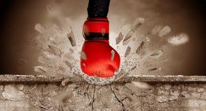 La mano colpisce intenso e le rotture mettono il bastone tra le ruote immagini stock libere da diritti