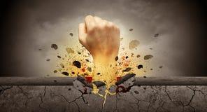 La mano colpisce intenso e le rotture mettono il bastone tra le ruote fotografie stock