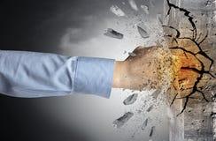 La mano colpisce intenso e le rotture mettono il bastone tra le ruote fotografia stock
