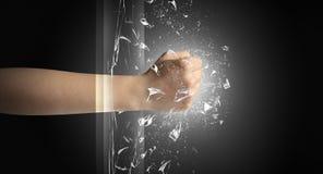 La mano colpisce intenso e rompe i vetri fotografie stock libere da diritti