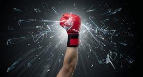 La mano colpisce intenso e rompe i vetri immagini stock libere da diritti