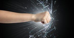 La mano colpisce intenso e rompe i vetri fotografia stock libera da diritti