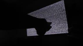 La mano commuta i canali nessun fondo di rumore TV dell'uomo Schermo della televisione con rumore statico causato dalla cattiva r stock footage