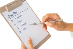 La mano compila la lista di controllo di qualità Immagine Stock Libera da Diritti