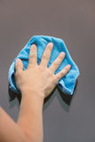 la mano con el trapo en el fondo Imagen de archivo