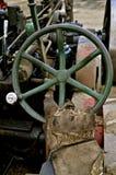 La mano con guantes actúa un volante viejo Fotos de archivo