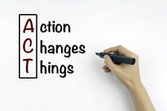 La mano con la acción de la escritura del marcador cambia las cosas (ACTO), negocio c Foto de archivo