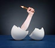 La mano con la matita ha covato dalle uova. Fotografia Stock Libera da Diritti