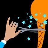 La mano con le forbici taglia la coda di cavallo impigliata luce Fotografia Stock