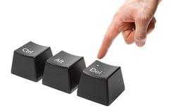 La mano con los empujes del dedo índice empuja el clave de cancelación Foto de archivo libre de regalías