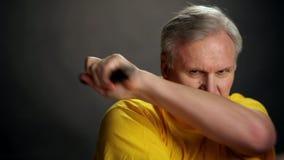 La mano con nunchacku Aislado en blanco almacen de metraje de vídeo