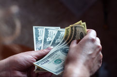 La mano de cientos los dólares muchachas de la internacional él Foto de archivo