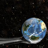 La mano de cristal sostiene la tierra en espacio Imágenes de archivo libres de regalías