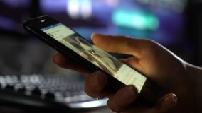 La mano de la hembra enrolla redes sociales en el smartphone metrajes