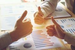La mano de hombres de negocios está aumentando los pulgares de la mano trabaja concepto del equipo imagen de archivo
