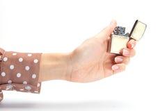 La mano de la empresaria que sostiene el encendedor Fotos de archivo libres de regalías
