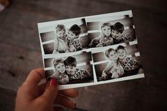 La mano de la hembra lleva a cabo una imagen Fotos de archivo libres de regalías