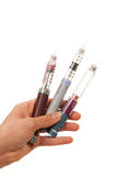 La mano de la insulina de la diabetes con las jeringuillas encierra al inyector Imágenes de archivo libres de regalías