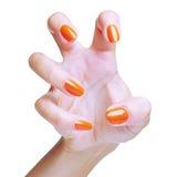 La mano de la mujer con el esmalte de uñas Imagenes de archivo