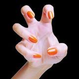 La mano de la mujer con el esmalte de uñas Foto de archivo