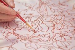 La mano de la mujer con el lápiz está dibujando la imagen Imagen de archivo libre de regalías