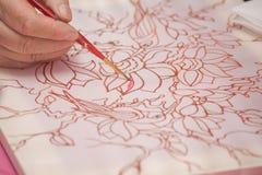 La mano de la mujer con el lápiz está dibujando la imagen Fotos de archivo