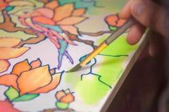 La mano de la mujer con el lápiz está dibujando la imagen Imagenes de archivo