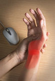 La mano de la mujer consiguió dolor de usar el ratón Imagenes de archivo