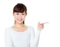 La mano de la mujer de Asia señala algo imagen de archivo libre de regalías