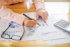 La mano de la mujer de negocios que señala en el documento de negocio durante discute foto de archivo libre de regalías