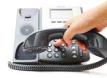 La mano de la mujer está marcando un número de teléfono Foto de archivo libre de regalías