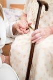 La mano de la mujer mayor Fotos de archivo libres de regalías