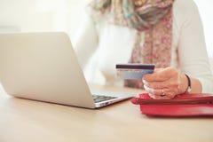 La mano de la mujer mayor que sostiene una tarjeta de crédito Imagen de archivo libre de regalías
