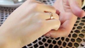 La mano de la mujer que frota ligeramente la mano de los hombres en amor almacen de video