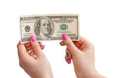 La mano de la mujer que sostiene el billete de banco de 100 dólares de EE. UU., aislado en blanco Imágenes de archivo libres de regalías