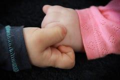 La mano de la niña del control del niño pequeño Foto de archivo