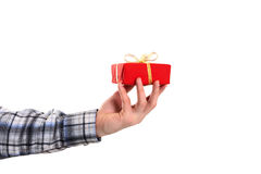 La mano de la tenencia vestida casual del hombre adornó el regalo de la Navidad Fotografía de archivo