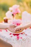La mano de las mujeres con cierre del anillo de bodas para arriba Imagen de archivo libre de regalías