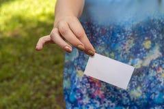 La mano de las mujeres con la tarjeta Imágenes de archivo libres de regalías