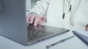 La mano de las mujeres en el ordenador del panel táctil en sitio web almacen de metraje de vídeo