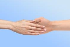 La mano de las mujeres va a la mano del hombre Imágenes de archivo libres de regalías